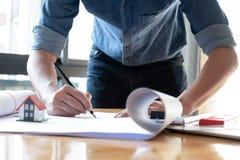 Architekten zeichnen den Hausplan lizenzfreie stockbilder