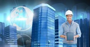 Architektenbaumann, der Tablette mit hohen Gebäuden mit Weltkugel hält Lizenzfreies Stockfoto
