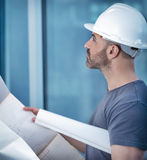 Architektenerbauer, der Planplan des Raumes studiert Stockfotos