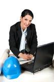 Architektenfrau, die im Büro arbeitet Stockfoto