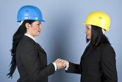 Architektenfrauen, die Hände rütteln Stockbild