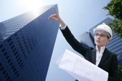 Architektenfrauenarbeiten im Freien mit Gebäuden Stockfoto