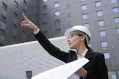 Architektenfrauenarbeiten im Freien mit Gebäuden stockbild
