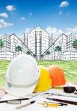 Architektenfunktionstabelle mit writiing Werkzeugschutzhelm und -pET Stockfoto