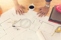 Architektenkonzept, Architektenbüro, das mit Plänen arbeitet Stockbild