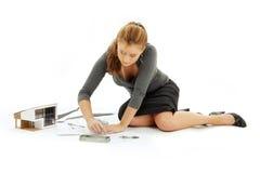 Architektenmädchen mit Hausbetriebsart Lizenzfreies Stockbild