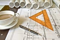 Architektenschreibtisch mit Rollen und Plänen lizenzfreies stockbild