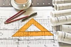 Architektenschreibtisch mit Rollen und Plänen stockfotos