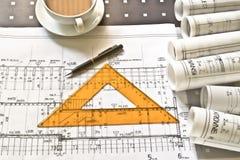 Architektenschreibtisch mit Rollen und Plänen stockfoto