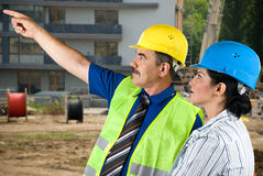 Architektenteam auf dem Site-Zeigen stockbilder
