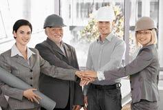 Architektenteam in den Büroholdinghänden in der Einheit Lizenzfreie Stockbilder