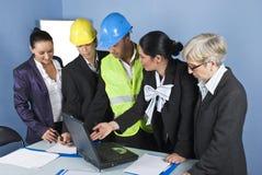 Architektenteam im Büro, das eine Sitzung hat Lizenzfreie Stockbilder