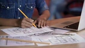Architektenzeichnungslinie auf Wohnungsplan, Vollendenprojekt, Besetzung lizenzfreies stockfoto