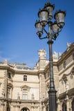 Architektoniczna fasada nawy i lampy miejsce ostros?upy louvre muzeum w Pary? obraz stock