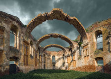 Architektoniczne resztki z wybitnymi łukami przy chmurnym dniem Obraz Royalty Free