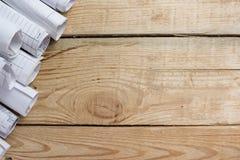 Architektoniczni projekty, projekt rolki na drewnianym tle Konstruować narzędzie widok od wierzchołka kosmos kopii Obraz Royalty Free