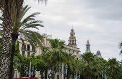 Architektoniczni szczegóły na ulicach Barcelona w lecie Drzewka palmowe na ulicie Hiszpania miasto Dachy i niebo w a fotografia royalty free