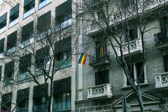 Architektoniczny krajobraz z mieszkanami miasto i gościami na ulicach Barcelona Obraz Stock