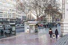 Architektoniczny krajobraz z mieszkanami miasto i gościami na ulicach Barcelona Obrazy Stock