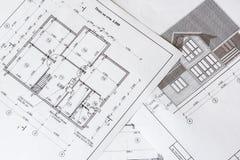 Architektoniczny plan dom drukuje na białym prześcieradle papier obrazy royalty free