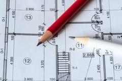 Architektoniczny plan dom drukuje na białym prześcieradle papier Czerwony i biały ołówek na nim obrazy stock