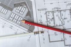 Architektoniczny plan dom drukuje na białym prześcieradle papier Czerwony i biały ołówek na nim obraz stock