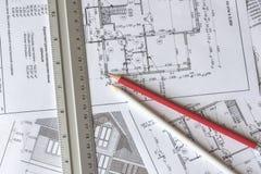 Architektoniczny plan dom drukuje na białym prześcieradle papier Czerwony i biały ołówek na nim Czerwiec 2018, Rosja, Moskwa fotografia stock