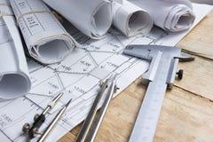Architektoniczny projekt, projekty, projekt rolki i divider kompas, calipers na rocznika drewnianym tle Budowy concep Zdjęcie Royalty Free