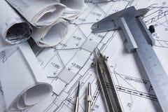 Architektoniczny projekt, projekty, projekt rolki i divider kompas, calipers na rocznika drewnianym tle Budowy concep Obrazy Royalty Free
