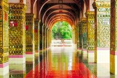 Architektoniczny szczegół dekorujący kolorowi złoci łuki w pałac, Myanmar obrazy royalty free