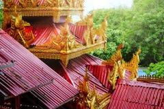 Architektoniczny szczegół kolorowi czerwieni i złota dachy na świątyni obraz stock