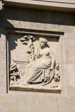Architektoniczny szczegół rzeźba damy obsiadanie drzewem Zdjęcia Royalty Free