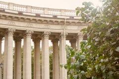 Architektoniczny widok kolumnada Kazan katedra Ogród zieleni drzewa petersburg bridżowy okhtinsky święty Russia fotografia royalty free