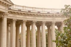 Architektoniczny widok kolumnada Kazan katedra Ogród zieleni drzewa petersburg bridżowy okhtinsky święty Russia zdjęcia royalty free
