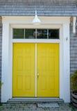 Architektonische schöne gelbe Tür zu einer Bootsspeichergarage Lizenzfreies Stockfoto