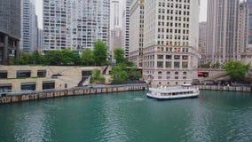 Architektur bei Chicago River in im Stadtzentrum gelegenem - CHICAGO, USA - 12. JUNI 2019 stock video