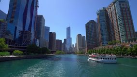 Architektur bei Chicago River - CHICAGO VEREINIGTE STAATEN - 11. JUNI 2019 stock video footage