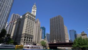 Architektur bei Chicago River - CHICAGO VEREINIGTE STAATEN - 11. JUNI 2019 stock footage