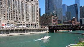 Architektur bei Chicago River - CHICAGO, VEREINIGTE STAATEN - 11. JUNI 2019 stock video