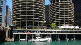 Architektur bei Chicago River - CHICAGO, VEREINIGTE STAATEN - 11. JUNI 2019 stock video footage