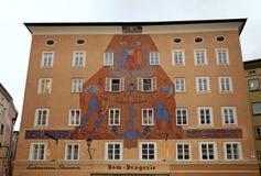 Architektur des Hauses mit historischem Wandgemälde, Salzburg, Austri Stockbild