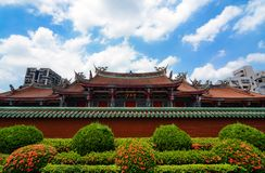 Architektur des traditionellen Chinesen von Xingtian-Tempel kontrastiert zu den modernen Gebäuden in Taiwan-` s Hauptstadt Stockfotografie