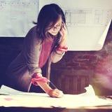 Architektur-Frau, die Blaupausen-Arbeitsplatz-Konzept bearbeitet stockbild