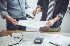 Architektur-Ingenieur Teamwork Meeting, zeichnend und arbeiten für Architekturprojekt- und Technikwerkzeuge auf Arbeitsplatz, Kon stockbilder