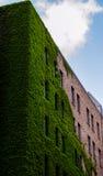Architektur-London-Ziegelstein nahe schönem Himmel Themse Stockbilder