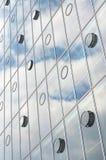 Architektur mit Himmel-und Wolken-Reflexion stockbilder