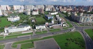 Architektur, Straßen und Wohnungen von der Luft in Moskau stock video