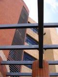 Architektur und Hochbau mit Baustahl und roten Backsteinen Stockbild