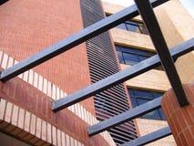 Architektur und Hochbau mit Baustahl und roten Backsteinen Stockbilder