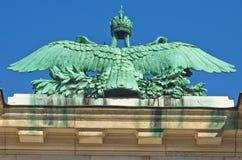 Architektur- und Kaiserwappenkundedetails über Hofburg-Palast in Wien Lizenzfreie Stockfotografie